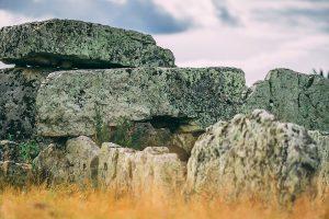 Enorma stenblock till minne av de döda